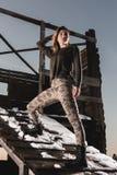 Het portret van de legerstijl van leuke dame op de winterachtergrond Stock Fotografie