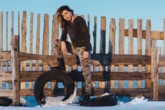Het portret van de legerstijl van leuke dame op de winterachtergrond Royalty-vrije Stock Fotografie
