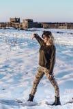 Het portret van de legerstijl van leuke dame op de winterachtergrond Stock Foto