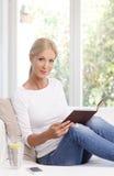 Het portret van de lezingsvrouw royalty-vrije stock afbeelding