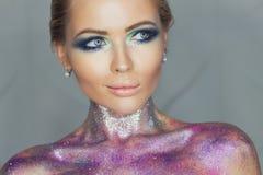 Het portret van de luxevrouw met perfect haar en samenstelling Blonde Stock Fotografie