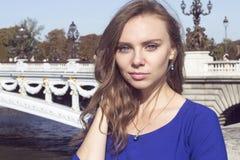 Het portret van de manier van jonge mooie vrouw Stock Foto's
