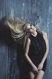 Het portret van de manier van één vrouw in studio stock afbeelding