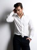 Het portret van de manier van de jonge mens in wit overhemd Stock Afbeelding