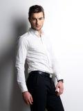 Het portret van de manier van de jonge mens in wit overhemd Stock Fotografie