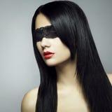 Het portret van de manier van de jonge vrouwenblinddoek Stock Foto's