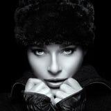 Het Portret van de Manier van de winter Close-up van Jonge Vrouw in Bonthoed Stock Foto's