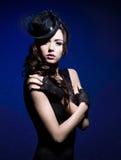 Het portret van de manier van een donkerbruine vrouw in zwarte kleren Royalty-vrije Stock Afbeelding
