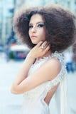 Het portret van de manier van een jonge vrouw op een straat Stock Foto