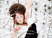 Het portret van de manier van een model met samenstelling in bos Stock Afbeeldingen