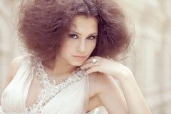 Het portret van de manier van een mooie jonge vrouw Royalty-vrije Stock Foto