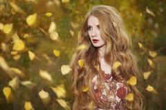 Het portret van de manier van een mooie jonge vrouw Stock Foto