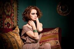 Het portret van de manier van een sexy donkerbruine vrouw Stock Foto's
