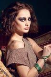 Het portret van de manier van een sexy donkerbruine vrouw Royalty-vrije Stock Afbeeldingen