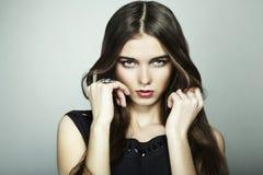Het portret van de manier van jonge mooie vrouw Stock Afbeelding