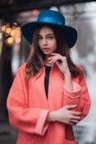 Het portret van de manier van jonge vrouw Stock Foto