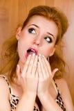 Het portret van de manier van verraste jonge vrouw Royalty-vrije Stock Foto's
