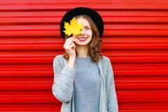 Het portret van de manierherfst het glimlachen vrouwenhuiden één oog gele esdoorn Stock Foto's