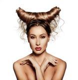 Het portret van de manierkunst van sexy mooie vrouw met hoornen Stock Foto