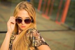 Het portret van de manierlevensstijl van jonge gelukkige mooie vrouw met zonnebril Stock Afbeelding