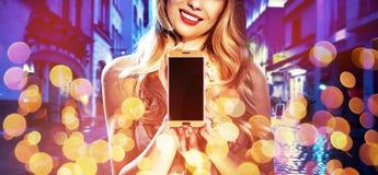 Het portret van de manierstijl van een vrouw die een elektronisch apparaat houden royalty-vrije stock foto