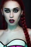 Het portret van de manierstudio van mooie roodharigevrouw stock afbeeldingen