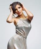 Het portret van de maniervrouw tegen grijs Vrouwelijk jong model Royalty-vrije Stock Foto's