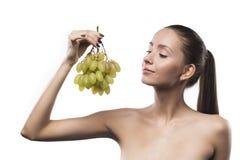 Het portret van de meisjesschoonheid met groene die druiven op een wit worden geïsoleerd royalty-vrije stock fotografie