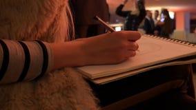 Het portret van de meisjestekening in collectief stock videobeelden
