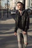 Het portret van de mensenglimlach openlucht op straat in stad Stock Foto's