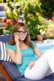 Het portret van de middenleeftijdsvrouw een tuin stock fotografie