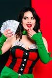 Het portret van de mooie glimlachende donkerbruine vrouw met maakt omhoog in rode en zwarte kleding met kaarten Royalty-vrije Stock Foto's