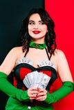 Het portret van de mooie glimlachende donkerbruine vrouw met maakt omhoog in rode en zwarte kleding met kaarten Stock Foto