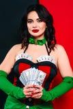 Het portret van de mooie glimlachende donkerbruine vrouw met maakt omhoog in rode en zwarte kleding met kaarten Royalty-vrije Stock Foto