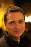 Het portret van de nacht van een glimlachende mens Stock Fotografie