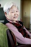 Het portret van de oudere vrouw binnen. Stock Foto