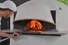Het portret van de pizzamens bakker Stock Foto's