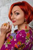 Het portret van de schoonheid Jonge Rode Vrouw Stock Foto