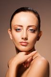 Het portret van de schoonheid op chocoladeachtergrond Royalty-vrije Stock Fotografie