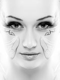 Het portret van de schoonheid Op witte achtergrond Perfecte Verse Huidclose-up met gezichtsverf Geïsoleerdj op witte achtergrond  Stock Foto's