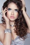 Het Portret van de Schoonheid van de vrouw van de manier makeup Lange golvend glanst haar Bru Stock Afbeeldingen