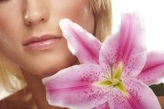 Het portret van de schoonheid van een vrouw met een bloem Stock Fotografie