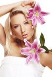 Het portret van de schoonheid van een vrouw met een bloem Royalty-vrije Stock Foto