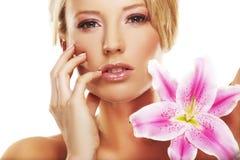 Het portret van de schoonheid van een vrouw met een bloem Stock Afbeelding