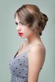 Het portret van de schoonheid van het blonde jonge vrouw stellen stock afbeeldingen
