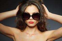Het portret van de schoonheid van jonge donkerbruine vrouw Stock Afbeelding