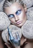 Het portret van de schoonheidsmanier van mooie vrouw met creatieve samenstellings Witte ballen rond het hoofdmodel makeover in bl stock afbeeldingen