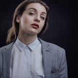 Het portret van de schoonheidsmanier van leuke dame in grijs jasje en wit overhemd Royalty-vrije Stock Foto's