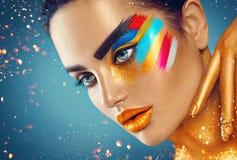 Het portret van de schoonheidsmanier van mooie vrouw met kleurrijke abstracte make-up stock foto