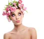 Het portret van de schoonheidsvrouw met kroon van bloemen op hoofd over whit Stock Fotografie